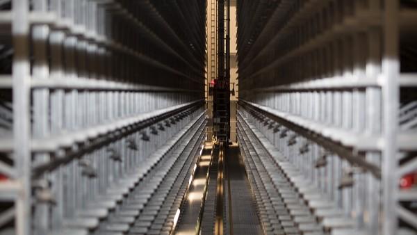 Os dispositivos SmartCheck monitorizam continuamente os motores de elevação e deslocação dos sistemas de armazenamento e retirada.